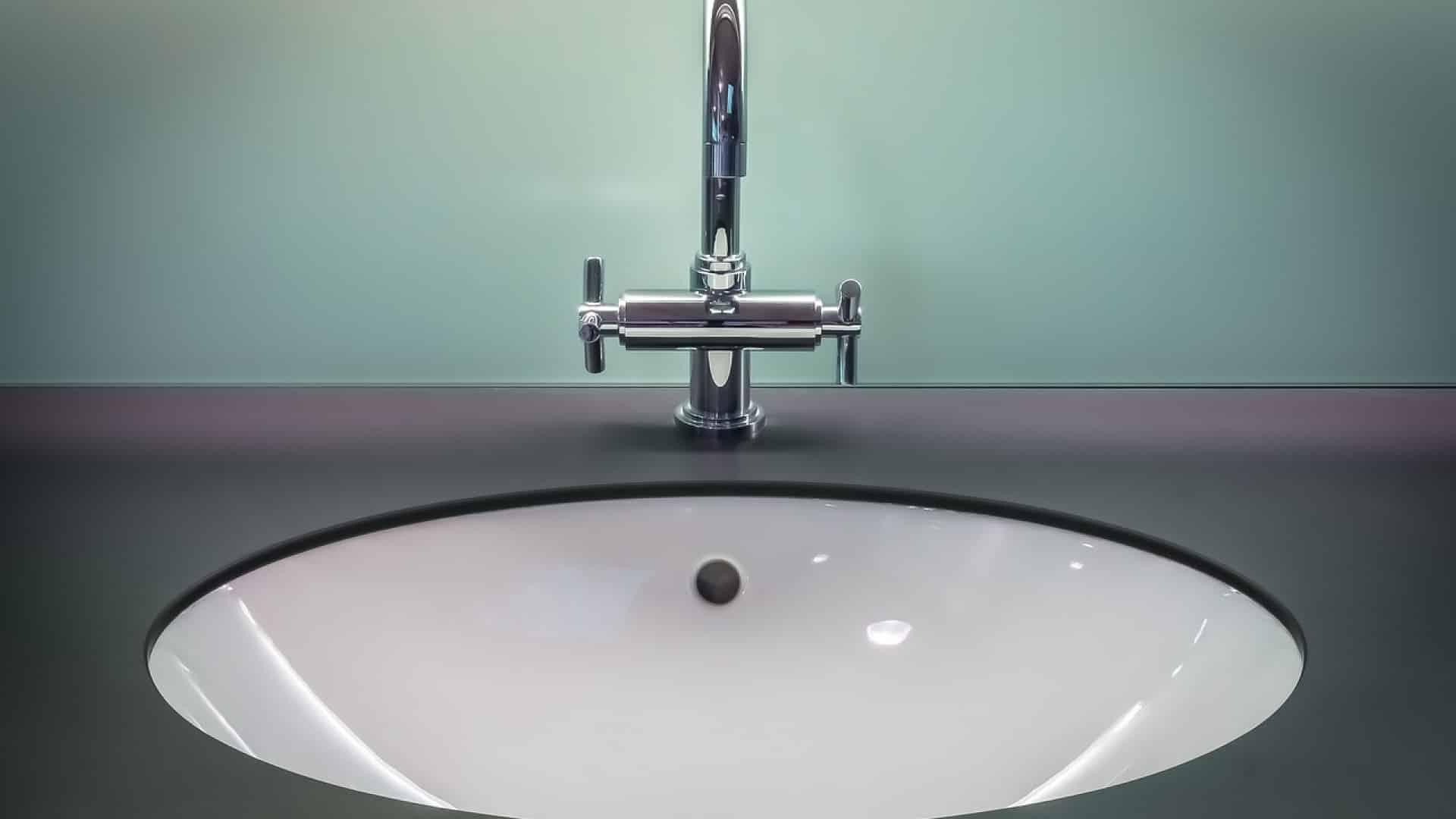 Pourquoi faut-il faire appel à un professionnel pour la réparation des fuites de robinet ?